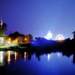 800px-Gäubodenvolksfest_2011_-_Von_der_Donaubrücke_mit_Blick_aufs_Geschehen