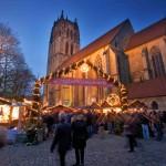 Bei der altehrwürdigen Überwasserkirche lädt Münsters jüngster Weihnachtsmarkt zum Verweilen ein.